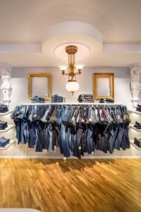 Jeanspräsentation und Deckenleuchter