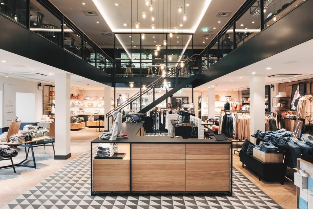 Der Erdgeschoss lädt eine perfekte Servicetheke mit integrierter Bar zum verweilen auf.