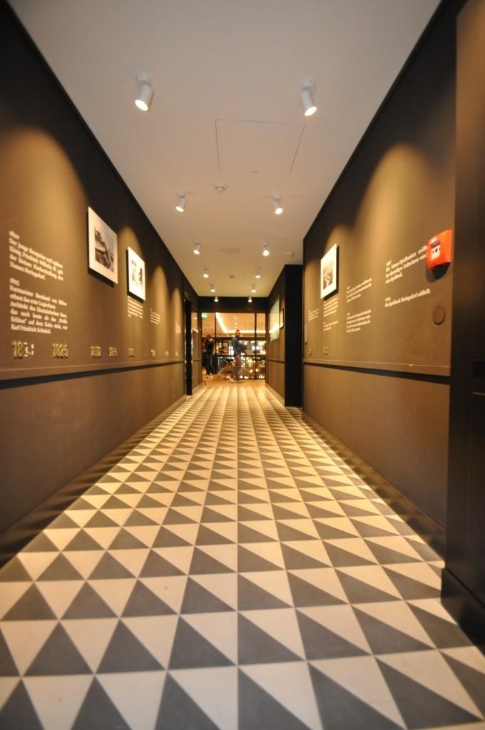 Der Übergang zu Gerd und Jana´s Pier 14 Store - Storytelling pur über die Geschichte des Standcasinos