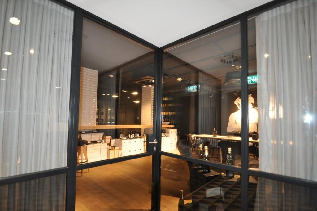 Im Untergeschoss wartet ein kleines Schmankerl mit der Weinstube, die für Events gebucht werden kann.
