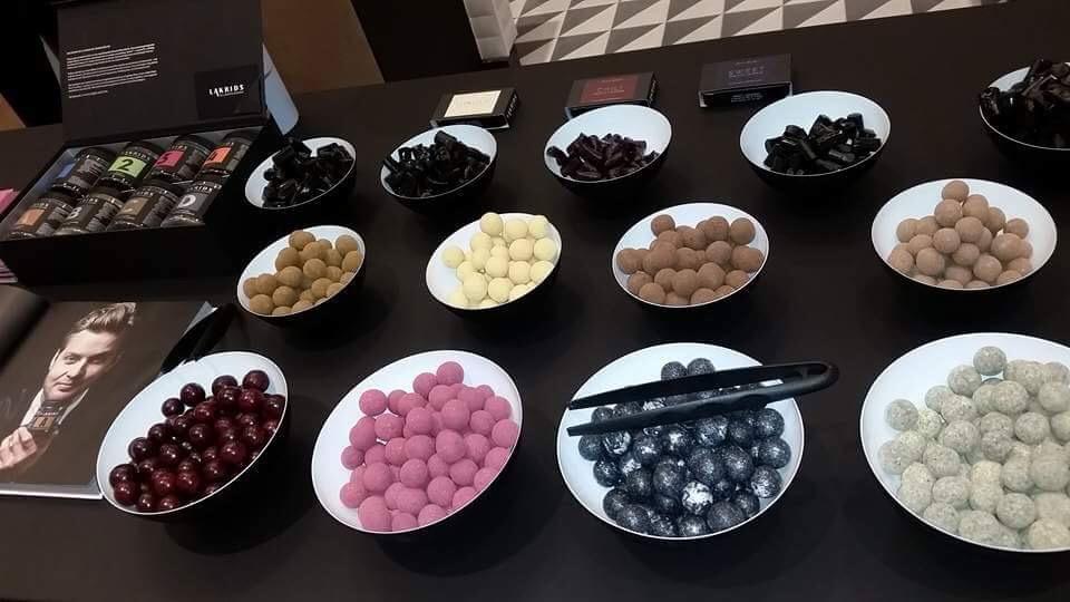 gerne auch zum Verköstigen liegen hier die Lakritze-Schokoladekreationen aus.