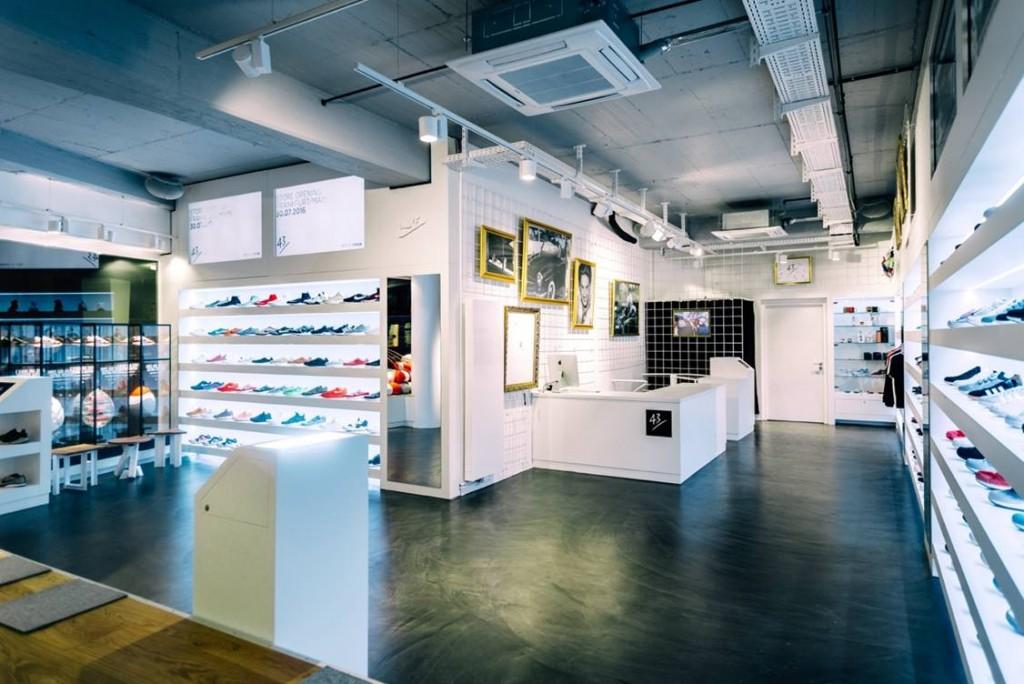 Look des Stores links mit Kasse und Servicepoint